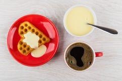 Ciastko z mlekiem, czarna kawa, puchar z zgęszczonym mlekiem, łyżka Zdjęcia Royalty Free