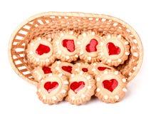 Ciastko z sercem w łozinowym koszu odizolowywającym na białym tle obrazy royalty free
