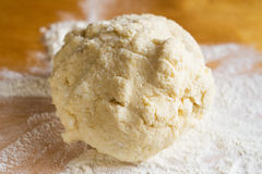 Ciasto i mąka na stole Zdjęcia Royalty Free