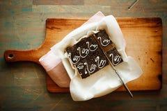 Ciasto na desce na błękitnym tle Zdjęcia Stock