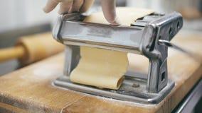 Ciasto rolownika maszyna Makaron maszyna z ciastem, gładzi ciasto zdjęcie wideo