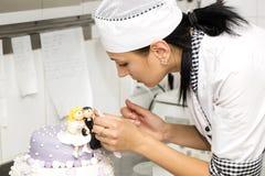 Ciasto szef kuchni dekoruje tort Zdjęcia Royalty Free