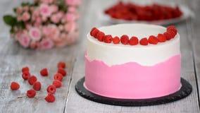 Ciasto szef kuchni dekoruje tort z malinkami w kuchni zdjęcie wideo