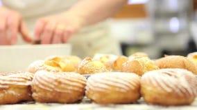 Ciasto szef kuchni przy pracą przygotowywa cukierki w ciasteczku zbiory wideo