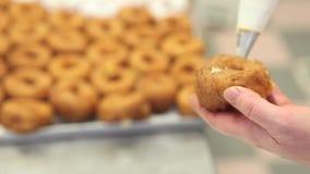 Ciasto szef kuchni przy pracą z sac poche faszeruje cukierki w ciasteczku zbiory wideo