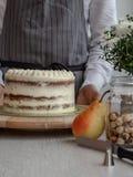 Ciasto szef kuchni w kuchennym dekoruje bonkreta torcie fotografia stock