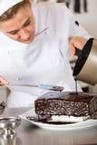 Ciasto szef kuchni w kuchni obraz royalty free