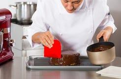 Ciasto szef kuchni w kuchni obrazy stock