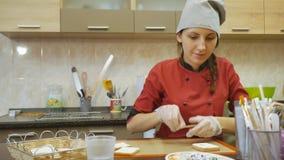 Ciasto szef kuchni zręcznie wykonuje wakacyjnego rozkaz zbiory