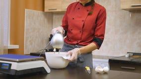Ciasto szef kuchni zręcznie wykonuje wakacyjnego rozkaz zdjęcie wideo