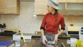 Ciasto szef kuchni zręcznie wykonuje wakacyjnego rozkaz zbiory wideo