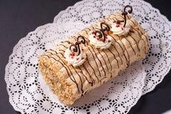 Ciasto tortowa biskwitowa rolada z batożyć kremowymi i czekoladowymi ślimacznicami Zdjęcie Royalty Free