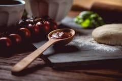 Ciasto z mąką na drewnianym stole, przygotowywa domowej roboty pizzę Zdjęcia Royalty Free