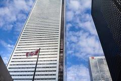 CIBC Lokuje w centrum Toronto, otaczającym drapaczami chmur i kanadyjczyk flaga obraz stock