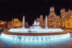 Cibeles喷泉正方形在马德里,西班牙在晚上 库存图片