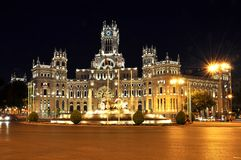Cibeles广场的在晚上,马德里,西班牙Cybele宫殿 库存照片