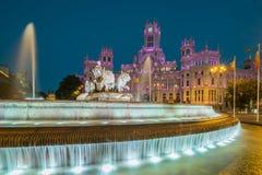 Cibeles springbrunn och Cybele Palace (som namnges förr Slott av kommunikationen), Madrid, Spanien Arkivbilder