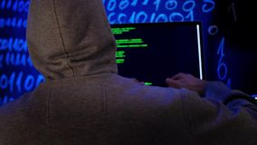 Cibercrime que corta o conceito da tecnologia Hacker na sala escura que escreve o c?digo de programa??o ou que usa o programa do  vídeos de arquivo