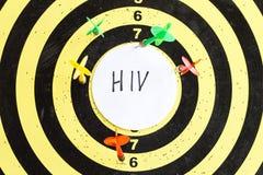 Cible avec des dards au centre dont HIV d'inscription photographie stock libre de droits