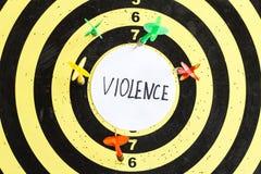 Cible avec des dards au centre dont la violence d'inscription photos stock