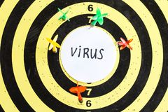 Cible avec des dards au centre dont le virus d'inscription photos libres de droits