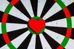 Cible blanche noire de plan rapproché avec la boudine de coeur comme fond d'amour Photo libre de droits