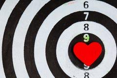 Cible blanche noire de plan rapproché avec la boudine de coeur comme fond d'amour Photographie stock libre de droits