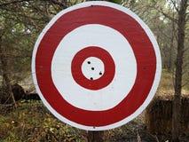 Cible circulaire rouge et blanche avec des trous dans elle images libres de droits