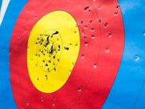 Cible de tir à l'arc avec beaucoup de trous de flèche photographie stock