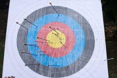 Cible de tir à l'arc avec des flèches là-dessus Bille 3d différente Images stock