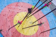 Cible de tir à l'arc avec des flèches là-dessus Bille 3d différente Photos libres de droits