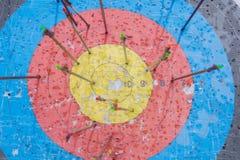 Cible de tir à l'arc avec des flèches là-dessus Bille 3d différente Photo stock