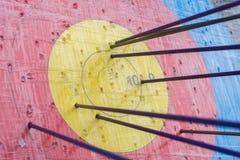 Cible de tir à l'arc avec des flèches là-dessus Bille 3d différente Photo libre de droits