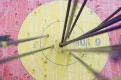 Cible de tir à l'arc avec des flèches là-dessus Bille 3d différente Image stock