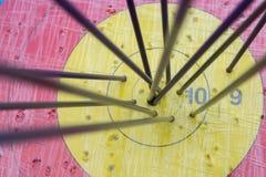 Cible de tir à l'arc avec des flèches là-dessus Bille 3d différente Image libre de droits