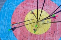 Cible de tir à l'arc avec des flèches là-dessus Bille 3d différente Photos stock