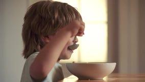 Cibo affamato del ragazzino Bambino felice Il cucchiaio felice del neonato si mangia Il bambino sveglio sta mangiando Cibo del ra video d archivio