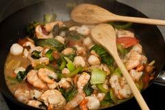 Cibo asiatico con il wok Immagini Stock