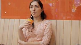 Cibo bevente a del succo della donna del caffè dentro in caffè archivi video