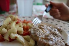 Cibo carne e dell'insalata dei cetrioli Fotografia Stock Libera da Diritti
