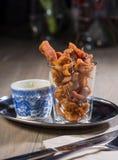 Cibo da mangiare con le mani del pollo fritto Fotografia Stock