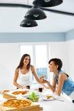 Cibo degli alimenti a rapida preparazione Amici che mangiano pizza Registratore e corvo Svago, cel Fotografia Stock