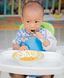 Cibo del bambino con il cucchiaio Immagini Stock