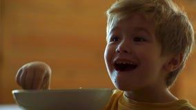 Cibo del bambino Bambino sveglio che mangia prima colazione a casa Ritratto di piccolo neonato di risata dolce con il cibo dei ca video d archivio