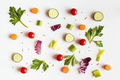 Cibo del modello con gli ingredienti crudi di insalata, delle foglie della lattuga, dei cetrioli, dei pomodori rossi, delle carot Immagine Stock Libera da Diritti