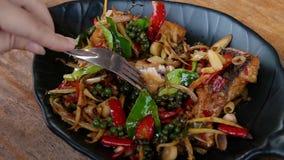 Cibo del pesce fritto con citronella ed il peperoncino rosso Alimento tradizionale della Tailandia r archivi video