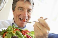 cibo dell'anziano dell'insalata dell'uomo Fotografia Stock