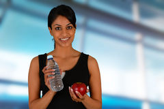 Cibo della donna sano dopo l'allenamento Immagini Stock Libere da Diritti