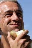 cibo della pera dell'uomo Fotografia Stock