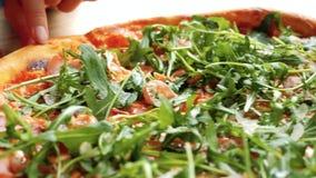 Cibo della pizza con la rucola ed il prosciutto di Parma video d archivio